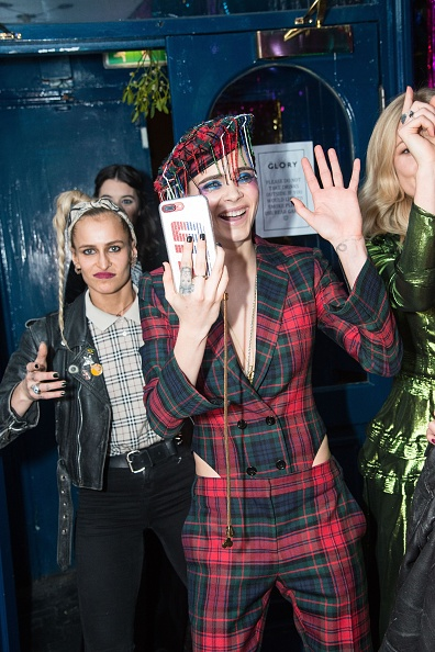 アリス・デラル「Burberry x Cara Delevingne Christmas Party, London」:写真・画像(14)[壁紙.com]