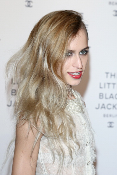 Alice Dellal「CHANEL The Little Black Jacket - Exhibition Opening」:写真・画像(16)[壁紙.com]