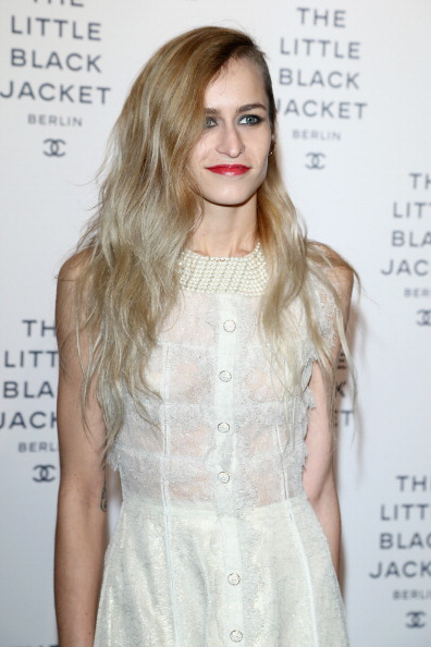 Alice Dellal「CHANEL The Little Black Jacket - Exhibition Opening」:写真・画像(14)[壁紙.com]