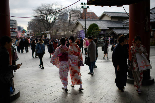 Tourism「Tourists Visit Tokyo's Senso-ji」:写真・画像(2)[壁紙.com]