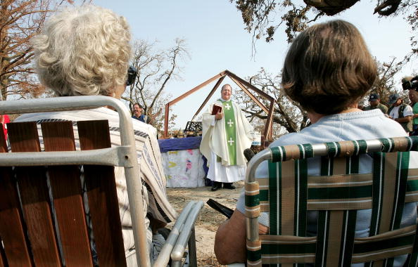 Religious Mass「Conditions Remain Grim In Aftermath Of Katrina」:写真・画像(11)[壁紙.com]