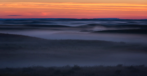 Prairie「Sunrise colour and fog coat the Grasslands National Park in an eerie mist」:スマホ壁紙(14)