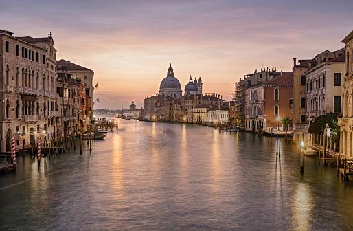 Multiple Exposure「Sunrise colors of Grand Canal and Basilica di Santa Maria della Salute, very long exposure view from Accademia bridge, Venice, Italy」:スマホ壁紙(2)