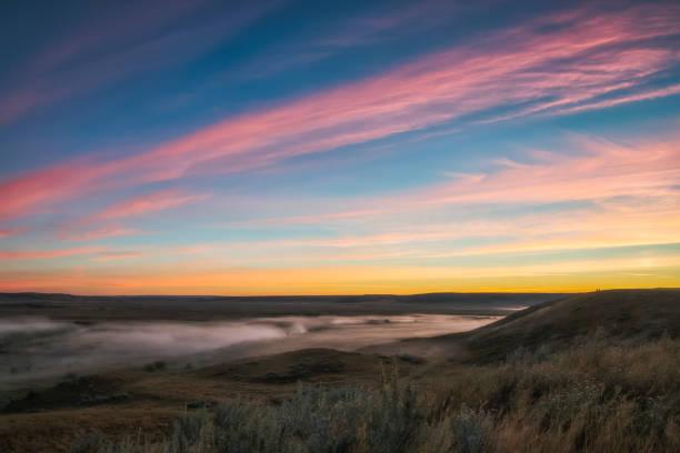 Sunrise colour over the Frenchman River Valley in Grasslands National Park:スマホ壁紙(壁紙.com)