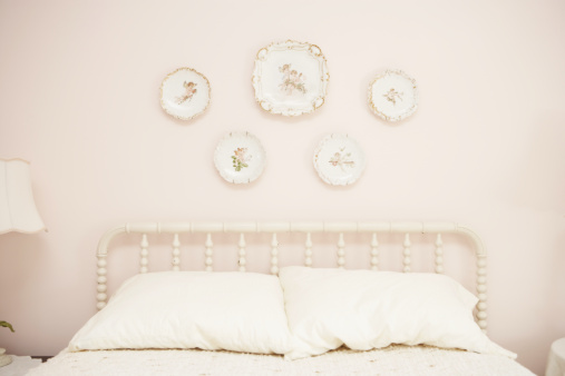 Kitsch「Bedroom with porcelain hanging on wall above bed」:スマホ壁紙(16)