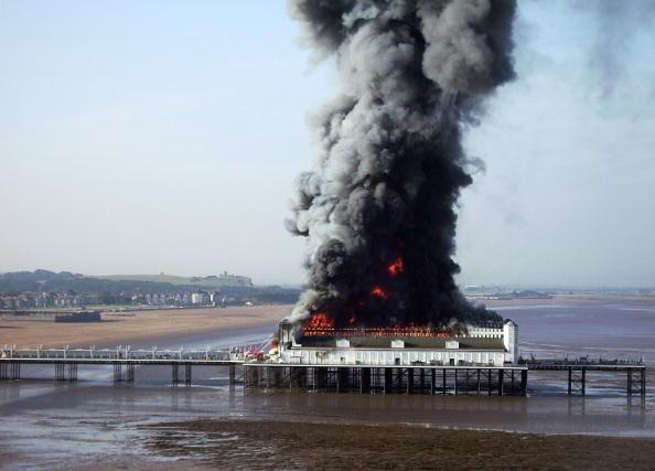 Weston-super-Mare「Fire Engulfs Grand Pier At Weston-Super-Mare」:写真・画像(4)[壁紙.com]