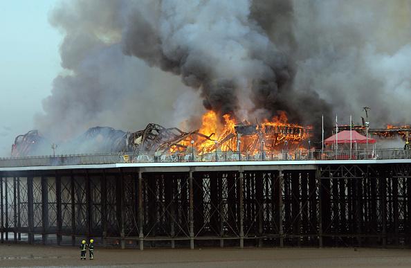 Weston-super-Mare「Fire Engulfs Grand Pier At Weston-Super-Mare」:写真・画像(8)[壁紙.com]
