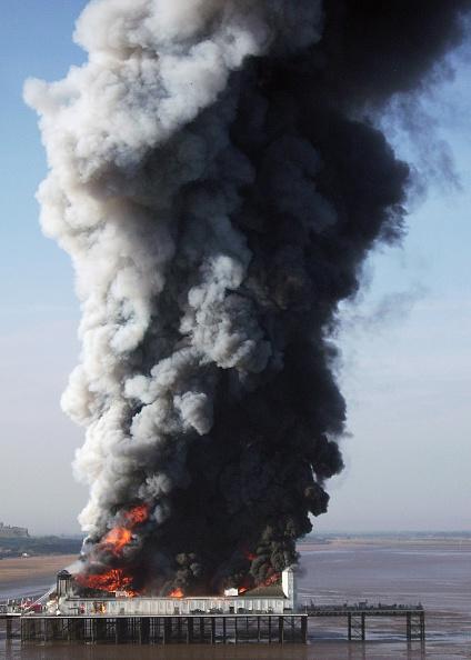 Weston-super-Mare「Fire Engulfs Grand Pier At Weston-Super-Mare」:写真・画像(5)[壁紙.com]