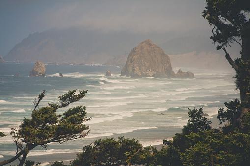 Cannon Beach「Majestic scenery with rock formation in sea, Cannon Beach, Seaside, Oregon, USA」:スマホ壁紙(16)