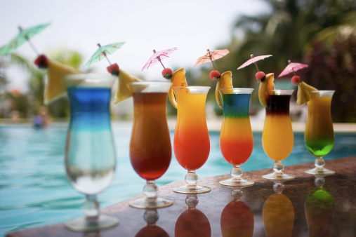 Sunshade「Cocktail Drinks Poolside in Row, Copy Space」:スマホ壁紙(7)