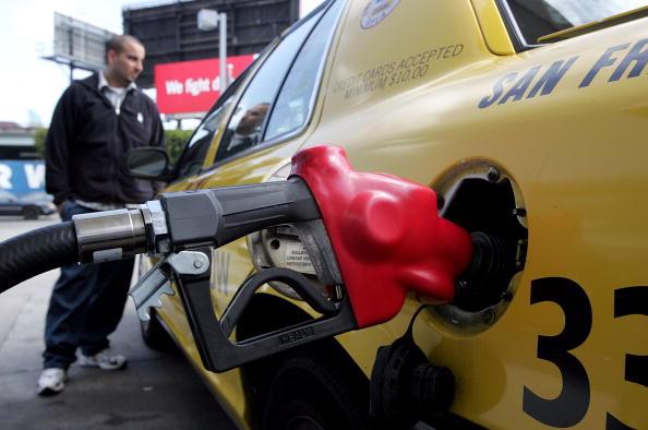 Refueling「Average Gas Price Tops $3 Per Gallon In Many Areas」:写真・画像(18)[壁紙.com]