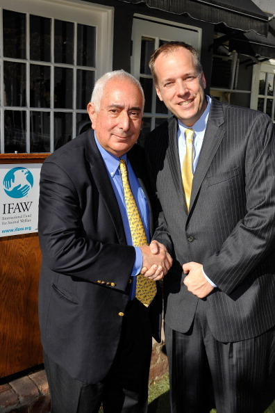 Demanding「Ben Stein Joins The International Fund For Animal Welfare (IFAW) To Urge Consumers To Not Buy Puppies Online」:写真・画像(11)[壁紙.com]