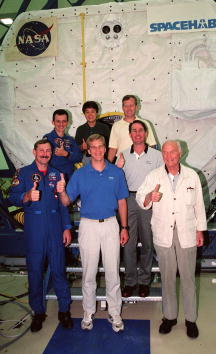 Hubble Space Telescope「The STS-95 crew takes time out from SPACEHAB」:写真・画像(3)[壁紙.com]