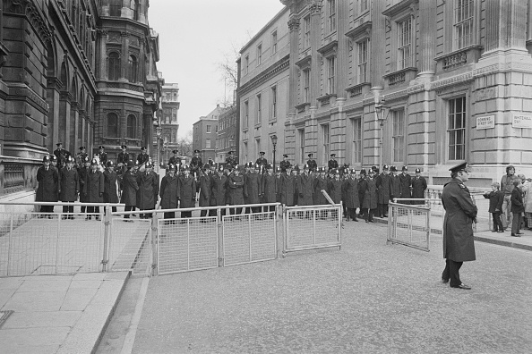 People In A Row「Police Block Downing Street」:写真・画像(9)[壁紙.com]