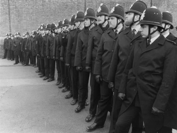 Line Of Policemen:ニュース(壁紙.com)