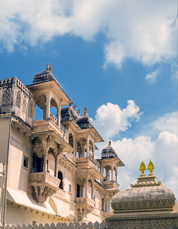 Rajasthan「The historical City Palace in Udaipur, India features Rajput-style architecture overlooking famous Lake Pichola」:スマホ壁紙(16)