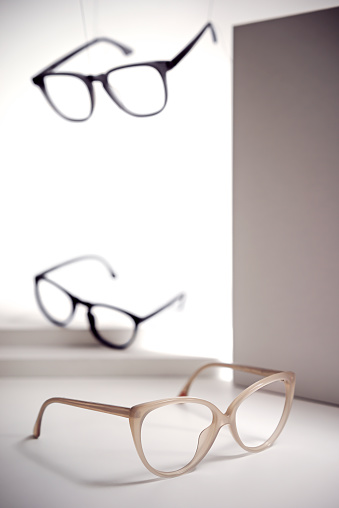 Horn Rimmed Glasses「3 pairs of glasses placed and suspended in an empty space」:スマホ壁紙(17)