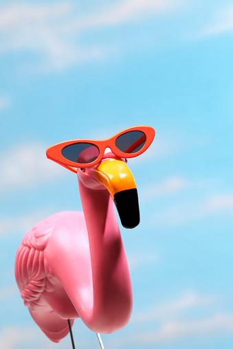 キッチュ「ピンクのフラミンゴ青空のサングラスを着ている」:スマホ壁紙(10)