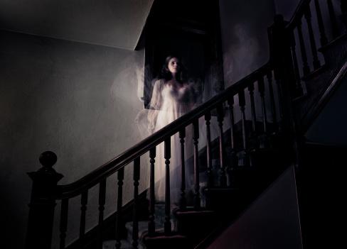 雪「Ghost Woman on Haunted Staircase」:スマホ壁紙(15)