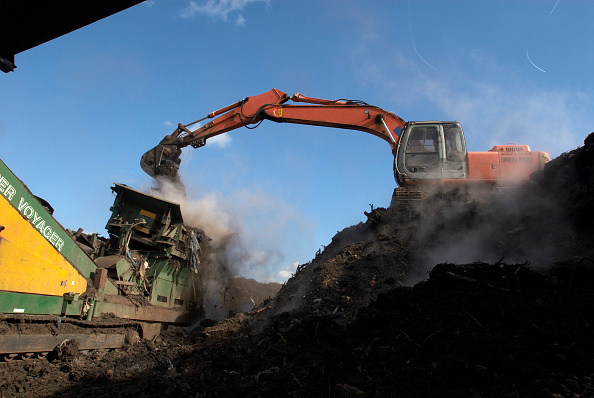 Recycling「Mobile conveyor belt depositing compost at site for recycling food and garden waste, Suffolk, UK」:写真・画像(2)[壁紙.com]