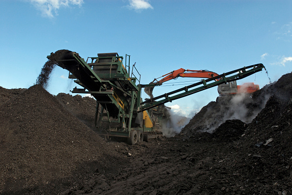 Recycling「Mobile conveyor belt depositing compost at site for recycling food and garden waste, Suffolk, UK」:写真・画像(13)[壁紙.com]