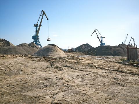 Gravel「Сrane digging, blue sky」:スマホ壁紙(4)