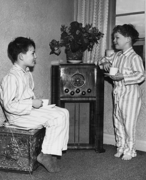 Vertical「Listening To Radio」:写真・画像(19)[壁紙.com]