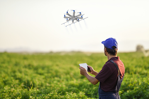 農村の風景「ドローンを使用して彼の作物を散布農家」:スマホ壁紙(9)