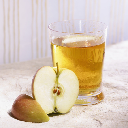 Apple Juice「Glass of homemade apple juice with apple slices」:スマホ壁紙(8)