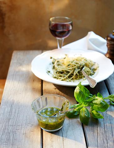 ワイン「Glass of homemade basil pesto and basil leaves」:スマホ壁紙(18)