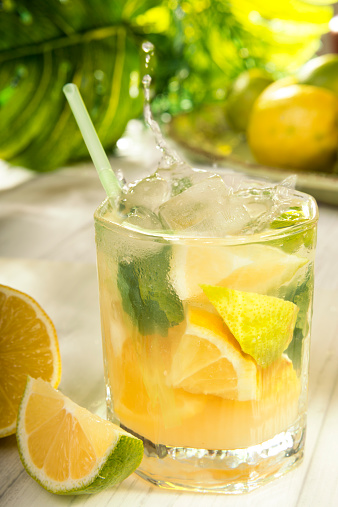 Lemon - Fruit「Glass of home made lemonade splash with slices of lemon」:スマホ壁紙(8)
