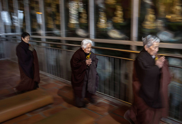 Chanting「Buddhist Temple Offers Sanctuary To The Elderly In Rural China」:写真・画像(4)[壁紙.com]