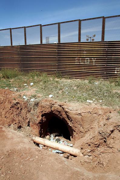 Tunnel「Volunteers Patrol Arizona Border For Illeagal Immigrants」:写真・画像(13)[壁紙.com]
