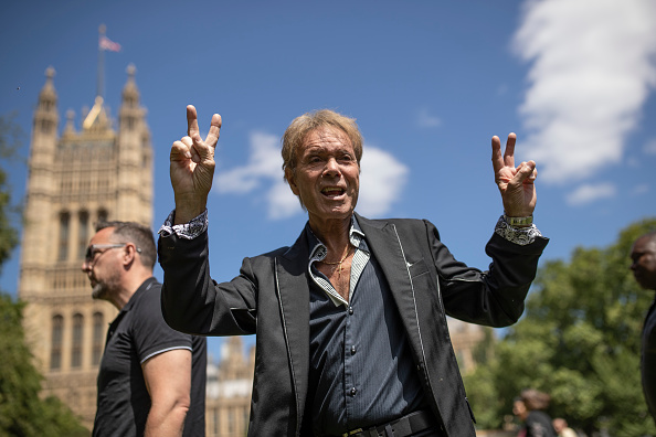 Gesturing「Cliff Richard Campaigns For Sex Offence Anonymity Law Change」:写真・画像(9)[壁紙.com]