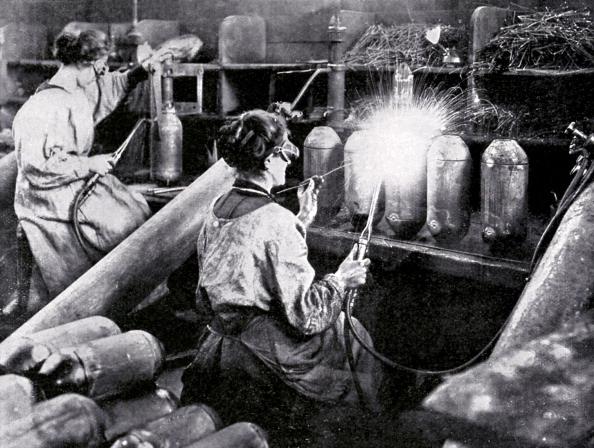 フランス「French women working in munitions factory」:写真・画像(7)[壁紙.com]