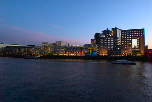 Water's Edge「London at night View of London Bridge and South bank, United Kingdom」:写真・画像(0)[壁紙.com]