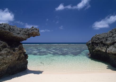 Japan「Sand beach between rocks」:スマホ壁紙(2)