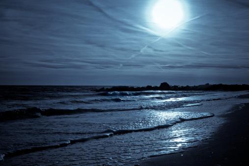 月「輝くムーン薄い雲にまで反映したビーチの海岸」:スマホ壁紙(11)