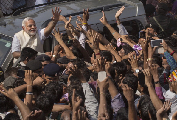 Waving - Gesture「BJP Leader Narendra Modi Casts His Vote In Ahmedabad」:写真・画像(19)[壁紙.com]
