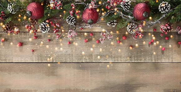 枝「木の上のクリスマスの装飾品や花輪の背景」:スマホ壁紙(18)