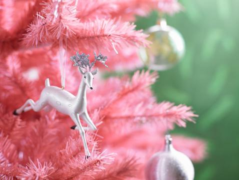 キッチュ「Christmas ornaments on pink Christmas tree, close-up」:スマホ壁紙(12)
