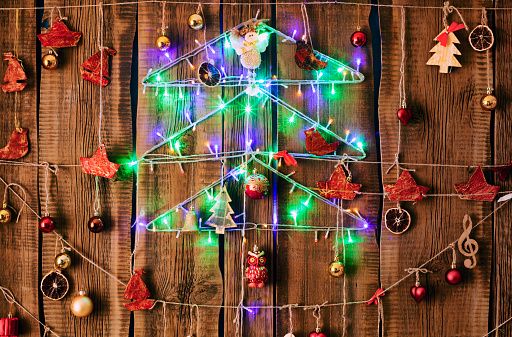 String Light「Christmas ornaments hanging on string on wood」:スマホ壁紙(6)