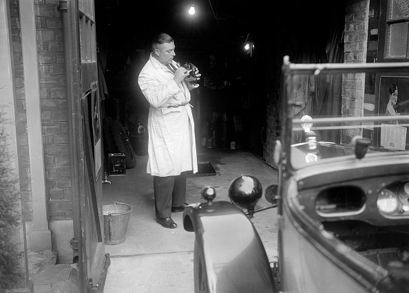 Repair Shop「FA Thatcher working on his 1929 Triumph Super Seven」:写真・画像(9)[壁紙.com]