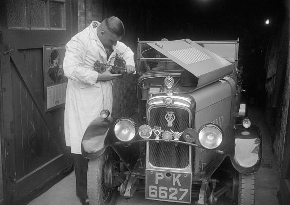 Repair Shop「FA Thatcher working on his 1929 Triumph Super Seven」:写真・画像(6)[壁紙.com]