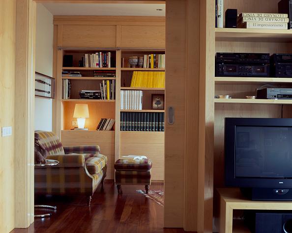 Comfortable「An elegant library through a doorway」:写真・画像(15)[壁紙.com]