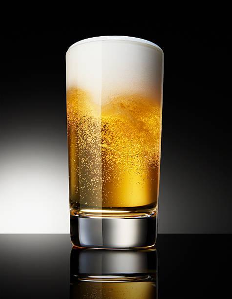 Beer in glass on black background:スマホ壁紙(壁紙.com)
