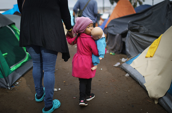 Parent「Immigrant Caravan Members Continue To Gather At U.S.-Mexico Border Waiting To Apply For Asylum」:写真・画像(7)[壁紙.com]