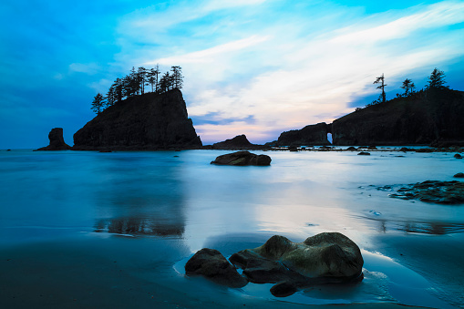 Pacific Coast「USA, Washington State, Olympic Peninsula, Olympic National Park, Pacific Ocean, Second Beach with rock islands and rock needles in the evening」:スマホ壁紙(12)
