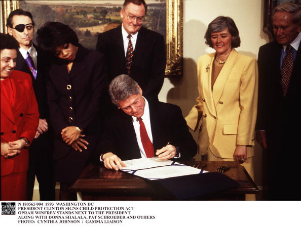 Protection「President Clinton Signs Child Protection Act Oprah Winfrey Stands Ne」:写真・画像(2)[壁紙.com]