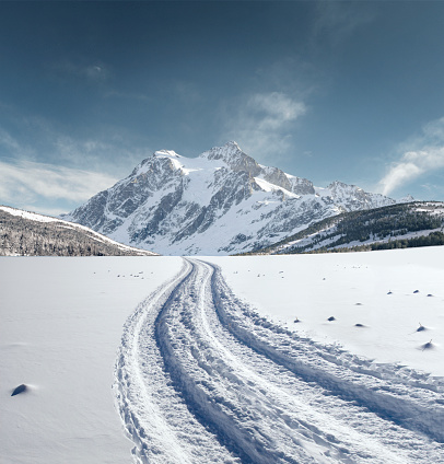 Snowdrift「USA, Washington, North Cascades National Park, Winter landscape with mountain and field covered with snow」:スマホ壁紙(0)